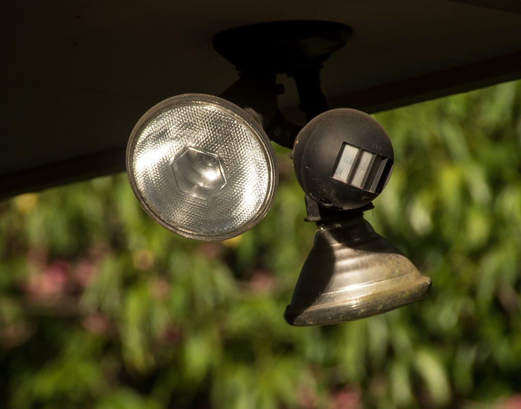 Deckenlampe mit Bewegungsmelder nachrüsten auf sparmunity.de